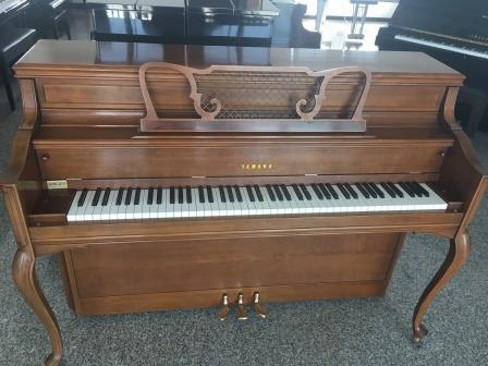 PIANOFORTE VERTICALE YAMAHA NOCE SATINATO